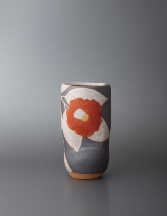 望月 集 《花文花器「椿」》 2010年 陶土、長石 W10.6×D9.3×H20.2 cm