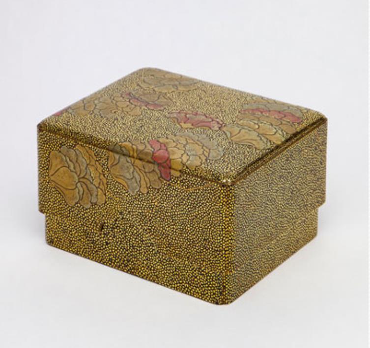 平目地芥子花蒔絵小箱 (江戸時代 19世紀 高6.9cm 径11.8cm×9.7cm)