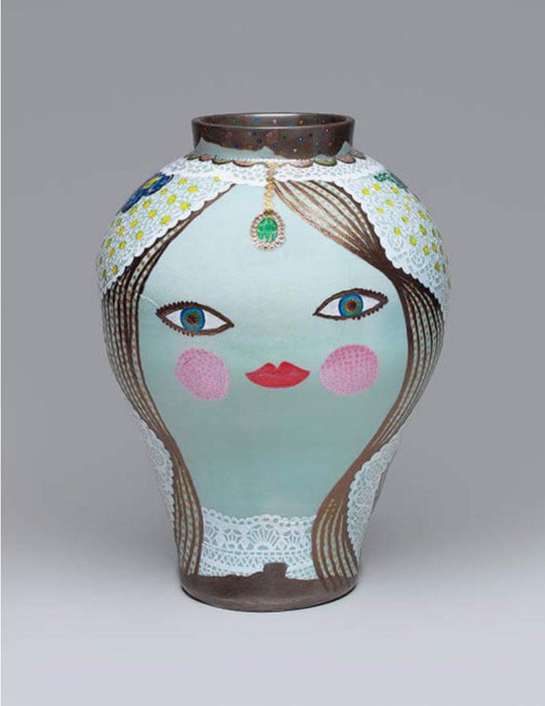<花嫁> 2021年 高さ38cm 直径28.3cm アクリル、李朝白磁壺(19世紀) ©FFM2021