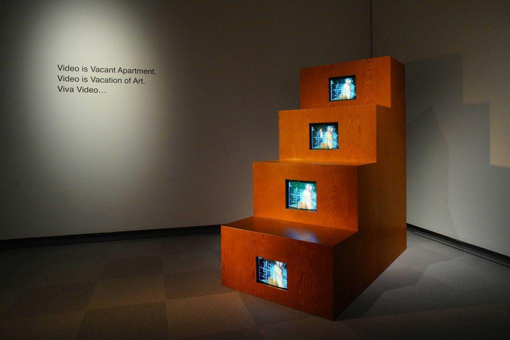 《デュシャンピアナ:階段を降りる裸体》1975-76/83年 富山県美術館蔵(新潟県立近代美術館での展示風景、2021年) 撮影:吉原悠博